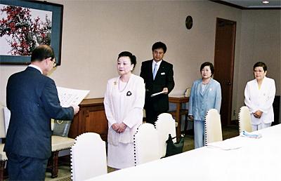 2005年7月11日 大阪市市長室に於いて児童福祉課長に目録を贈呈、感謝状を戴くミニコンサート開催